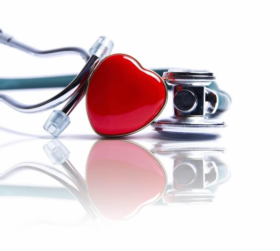 Herz mit Untersuchungsgerät - so lässt sich eine Aortenklappenstenose diagnostizieren.
