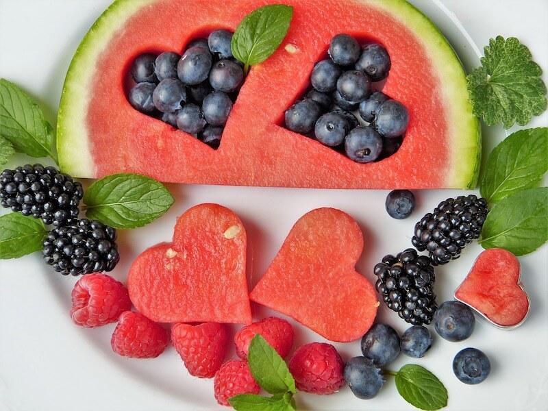 Gesunde Ernährung kann helfen, der Entwicklung von Aortenstenose vorzubeugen. Das Bild zeigt Beeren und weiteres Obst.