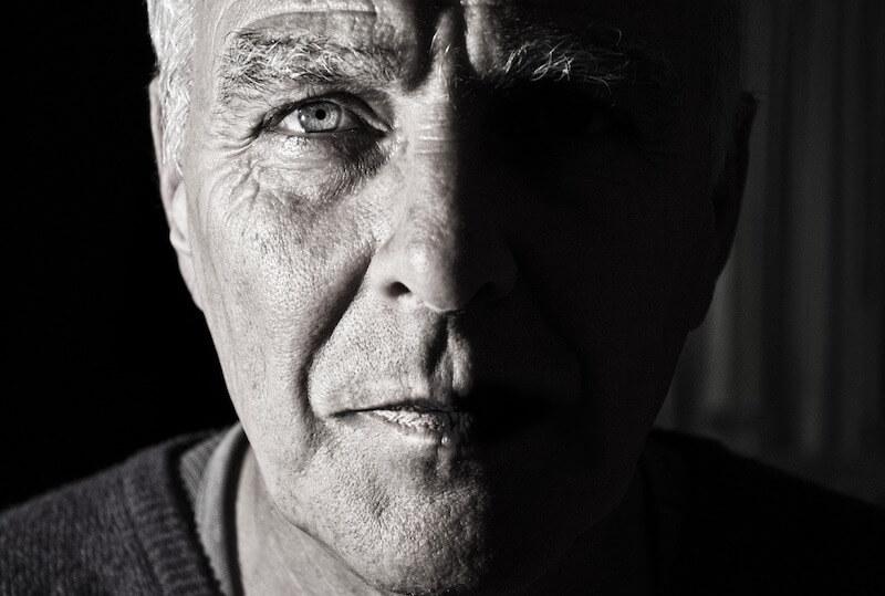 Mann mit sorgenvollem Gesicht - doch das Restrisiko für Komplikationen im Zusammenhang mit der Herzklappen-OP ist gering.