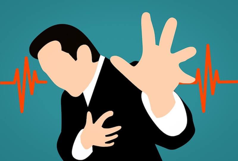 Ein Mann fasst sich ans Herz - Aortenstenosen können lebensgefährlich sein.