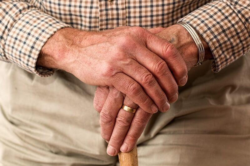 Die Hände eines älteren Mannes, der sich sorgen um Komplikationen einer TAVI-Behandlung macht.