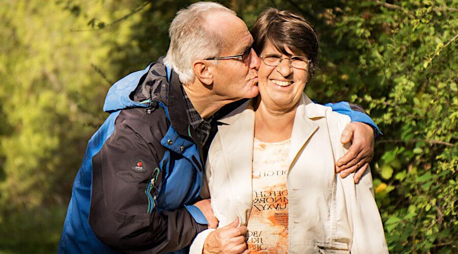 Heinrich und Martha Kapfer, Arm in Arm nach ihrem Herzklappenersatz.